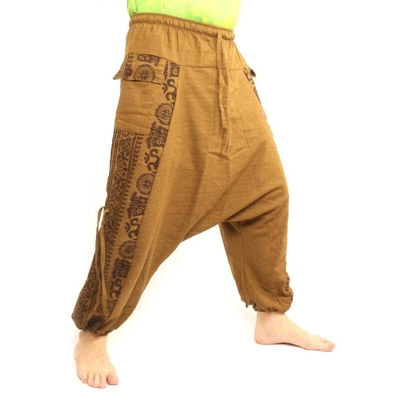 Pantalones harén con diseño floral y símbolos espirituales marrón claro